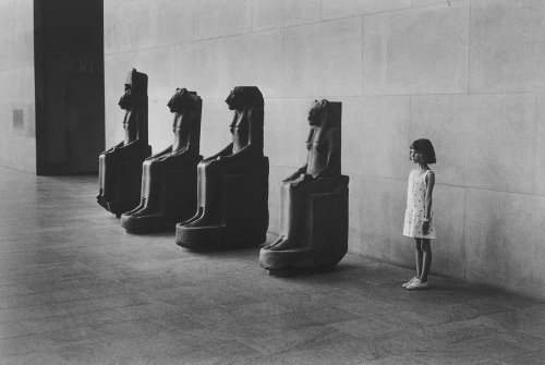 tamburina:  Metropolitan Museum of Art, NYC, 1988. Photo by Elliott Erwitt.