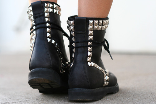 bl-ossomed:  want those boots!