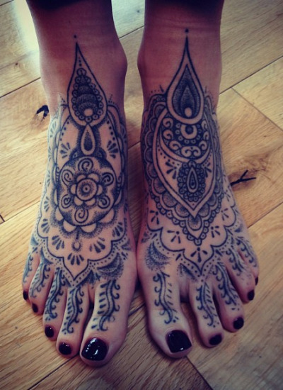 fuckyeahblackwork:  Happy feet, hand-poked by machine-free tattooist Boff Konkerz, on the road…