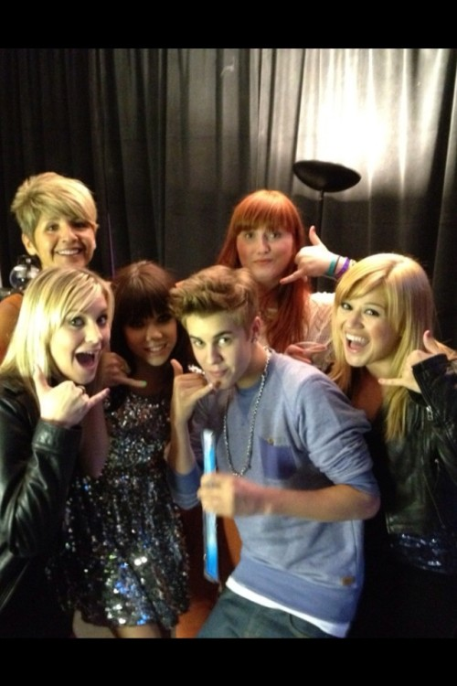 "kelly_clarkson Kelly Clarkson   1m  Met @carlyraejepson & @justinbieber at Ball in London! Both are so sweet! Here's our ""call me, maybe"" pose ha"