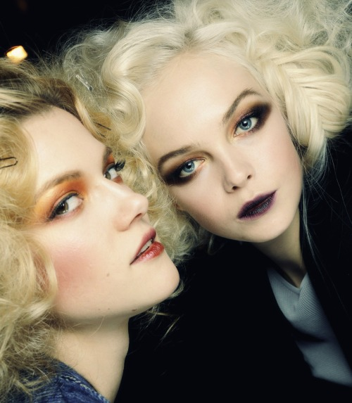 enrgy:  I love the girl on the right's eyeshadow