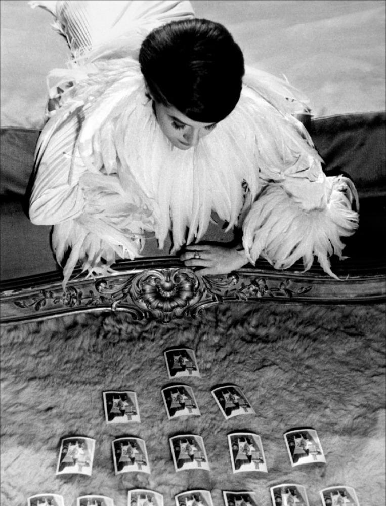 fantomas-en-cavale:  Delphine Seyrig dans L'Année dernière à Marienbad (Alain Resnais, 1961)