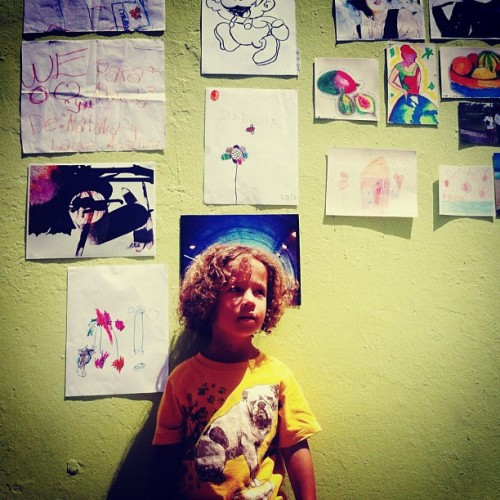 future artist #puertorico #instagram #iphonegraphy #kids #curlyhair #fun #myson #memory #playing #happiness #instagram_kids #fatherandson #oldsanjuan #artist #draw #painting #papers #wall #sketch  (Taken with Instagram at El Viejo San Juan)