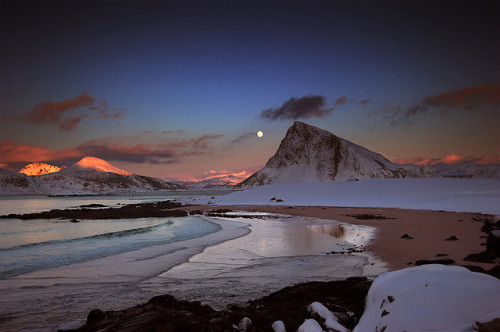 sapphire1707:  Wintermoon above Offersøykammen by steinliland on Flickr.