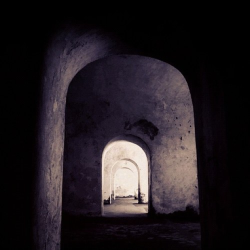 al final de la luz #puertorico #instagram #iphonegraphy #oldsanjuan #morro #fort #light #doors  (Taken with Instagram at Castillo San Felipe Del Morro)