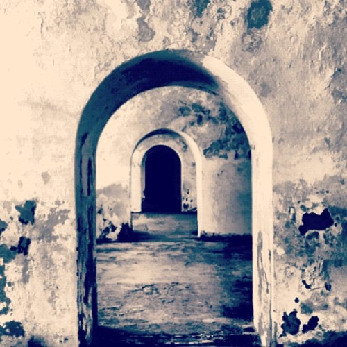 entre puertas #puertorico #instagram #iphonegraphy #oldsanjuan #morro #fort #doors  (Taken with Instagram at Castillo San Felipe Del Morro)