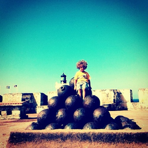 No more War #puertorico #instagram #iphonegraphy #kids #curlyhair #fun #myson #memory #playing #happiness #instagram_kids #fatherandson #oldsanjuan #morro #fort #freedom #weapons  (Taken with Instagram at Castillo San Felipe Del Morro)