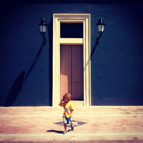 front door #puertorico #instagram #iphonegraphy #kids #curlyhair #fun #myson #memory #playing #happiness #instagram_kids #fatherandson #oldsanjuan #morro #fort #doors #front #lights  (Taken with Instagram at Cuartel De Ballajá)