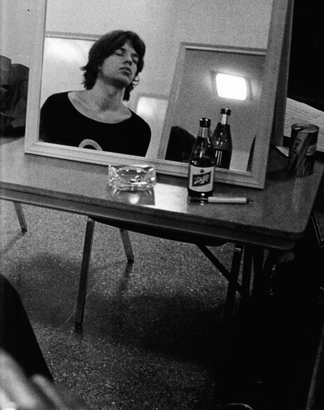 MICK JAGGER SI BEAU EN SON MIROIR (1969) keeflepuff:  Mick takes a break during the Stones' U.S. tour, November 1969.