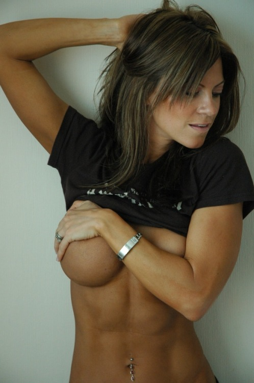 militaryfit-bombshell:  Sorry for the underboob, but dem abs!