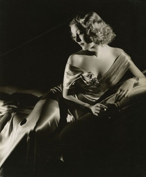 mudwerks:  (via Film Noir Photos: Light and Shadow: Helen Vinson)