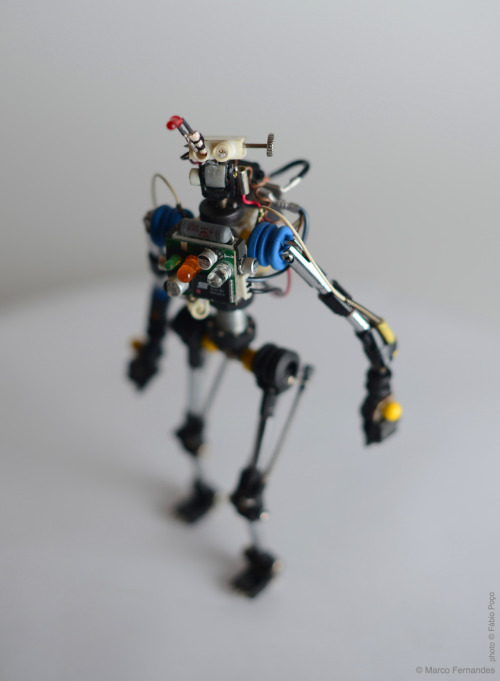 R³bots - recycled, reused and  rebuilt from trash. Posable action-figure robots. #R³bot nine - OEZIOOG-D