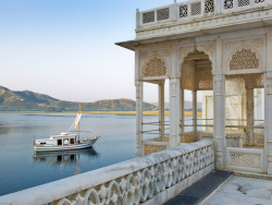 ablogwithaview:  unejeunedemoiselle:  Jiva Spa Boat, Taj Lake Palace, Udaipur, Inde.  Okay, Flipper, maybe I will come visit you.