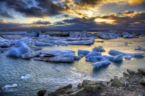 Sunset over Jökulsárlón (by Rozanne Hakala)