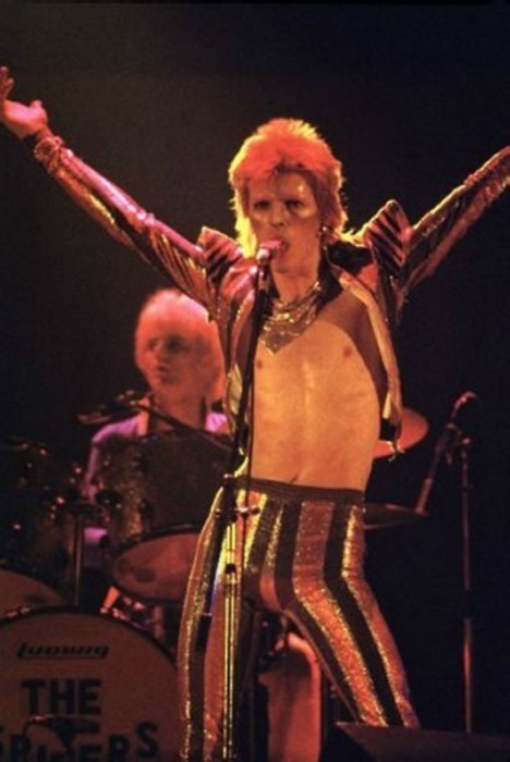gorgonetta:  [David Bowie onstage in the early 70s, jacket gloriously open]