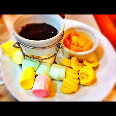 Yummy dessert for late lunch. :) #chocofudge #fruits #mallows #igers #igdaily #igersasia #instagood #instalove #instamood #igerspinoy #instadaily #igersbatangas #favorite #food #delicious #bestoftheday #photooftheday #picoftheday  (Taken with Instagram)