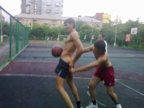 livebyloveunderthestars:  Strip basketball. ;)
