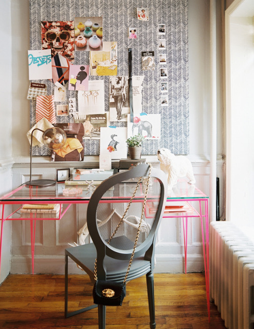 Have you perused the Decorate Workspaces section on Lonny's website? A feast for anyone considering giving their office a little aesthetic boost. Original Article