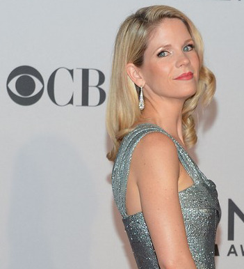 Kelli O'Hara at the 2012 Tony Awards, with makeup by Tanya Rae for Patrick Melville Salon. The eyes were a whisper of smoke, with a lightly layered a mix of Yves St Lauent's Ombres Lumieres in Tawny and Garden Of Eden all over the eyes. Chanel Joues Contrast Blush in Rose Petale and Le Tissages De Chanel in Tweed Corail were layered to create a glow-y cheek. And to modernize the classic lip, MAC Brick Lip Liner was used as the base lip color and topped with Chanel Rouge Coco Shine in Bonheur for that extra hint of shine.