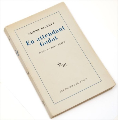En attendant Godot Samuel Becket.  Paris, 1962.  First edition, browning to margins, original printed wrappers, light creasing to spine, very light browning to head, but overall a very good copy, 8vo, Paris, 1952.  __________________________________________________ ESTRAGON:     Nous sommes heureux. (Silence.) Qu'est-ce que nous faisons maintenant, maintenant que nous sommes heureux?  VLADIMIR:     Attendre Godot. (Estragon gémissements. Silence.) Les choses ont changé ici depuis hier. _________________________________________________________ ESTRAGON:     We are happy. (Silence.) What do we do now, now that we are happy?  VLADIMIR:     Wait for Godot. (Estragon groans. Silence.) Things have changed here since yesterday.