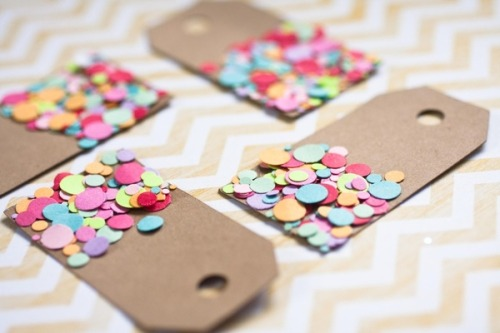 mini-ribbons:  ❤  Such a nice idea for Xmas wrapping!