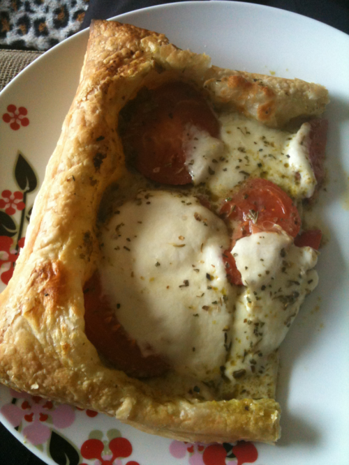 Veggie mozzarella, tomato and pesto pastry tart!
