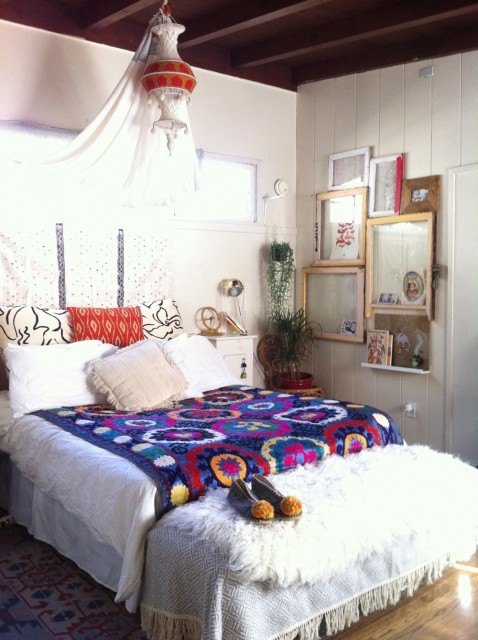 Bright and pretty Bohemian bedroom (via Justina Blakeney)