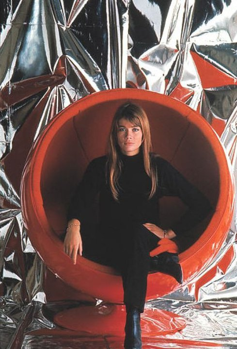 b22-design:  Françoise Hardy  -  Eero Aarnio - ball chair - 1966