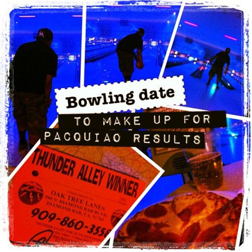 #beer, #pizza, and #bubbies. And I won a #prize! 🏆 #cosmic #bowling #datenight #date #BOOger #love #BlueMoon #teamDARKNESS #fuckthepacquiaoresults #pacmanknows #pacquiaobradley #manny #pacquiao (Taken with Instagram at Oak Tree Lanes)