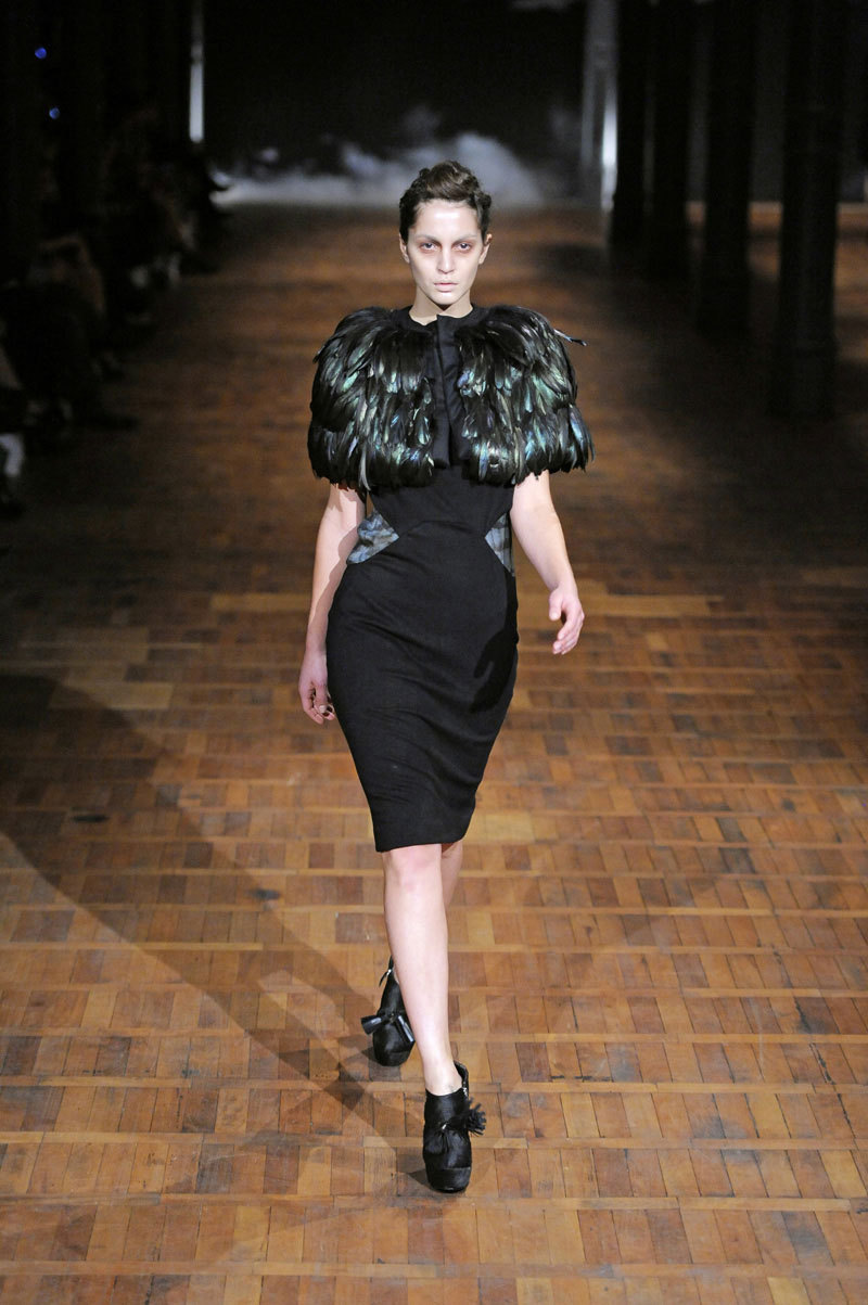 foie:  DAWID TOMASZEWSKI AUTUMN/WINTER 2012/13 WOMEN'S COLLECTION  Ugh I want a black feather caplet so bad