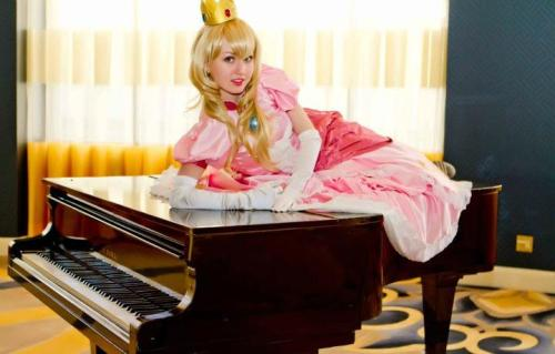 Princess Peach SSBB cosplay by Enayla (Photo by Roger Lee)