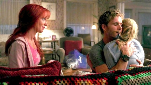 True Blood 30 Days Challenge, Day 13 : Something that made you cry. I just don't know if there is many episodes that didn't make me cry, so it's an endless list. But I always am surprised on how I just cry so much when Arlene comes to Sookie in the end of the first season, so full of guilt over what Rene did, so angry about the fact she never saw anything, and yet so sad about the fact that he is dead. The actress is so great at playing all those conflicted emotions, and when that scene happens, I always think the emotionnal stuff of the episode has ended, and then, there's Arlene, and I cry like a baby.