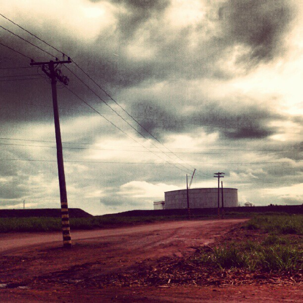 #factory #industry #chemical #tank #electric #powerline #wires #desolation #emptyness (Publicado com o Instagram)