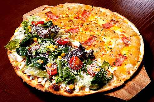 southkoreanfood:  HALF SWEET POTATO & HALF SALAD PIZZA @ SPANNEW (스패뉴) IN GANGNAM, SOUTH KOREA SouthKoreanFood  Only in Korea