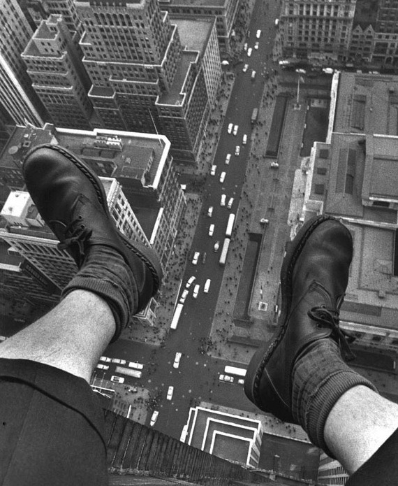 tamburina:  Grey Villet, Grey Villet's feet dangling over 5th Avenue, 1954