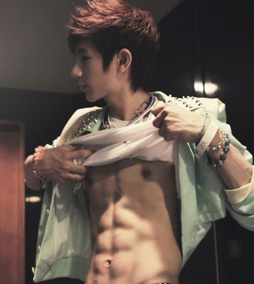 ohbanduesi:  NO MINWOO. BB FACE MAKNAE MINWOO GOT AN ABS.. OH SO SEXIE I LIKE THAT. I DIE.  cr: @BoyfriendFamily