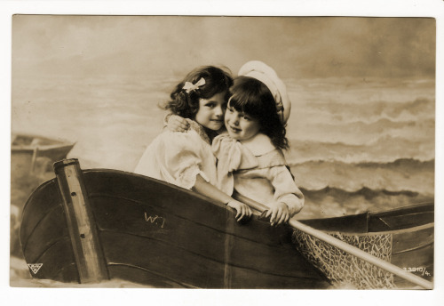 (via vintagephoto: In a Boat)