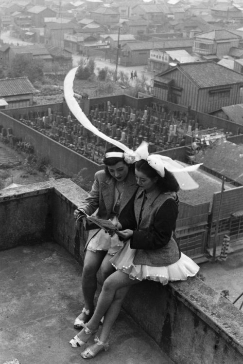anneyhall:  Dancers resting on the rooftop of the SKD Theatre Asakusa, Tokyo, 1949. Photo by Takeyoshi Tanuma