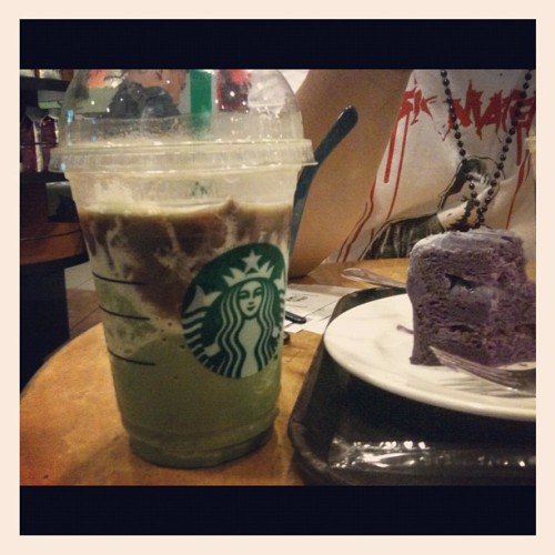 uzbekvette:  Starbucks green tea w/ red bean and ube (purple yam) cake #itsmorefuninthephilippines (Taken with Instagram at Greenhills Theatre Mall)