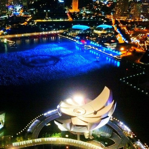 #Singapore's RAD Marina Bay Waterfront at nightfall as seen from the top of the Marina Bay Sands hotel #MarinaBayWaterfront #MarinaBay #gf_Singapore #ArtScienceMuseum #hotel #waterfront #night (Taken with Instagram)