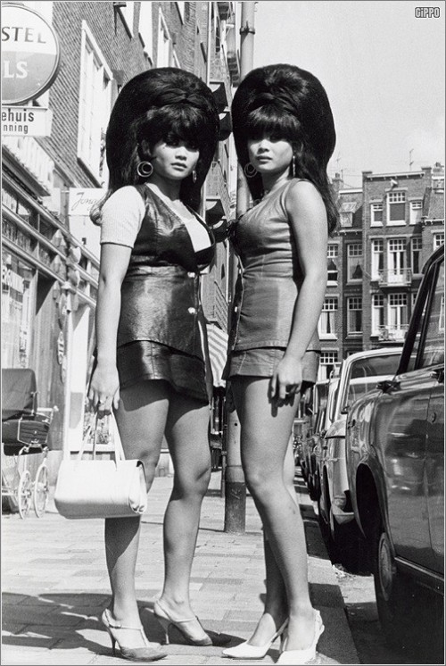solo-vintage:  solo-vintage  Thai girls (twins?) with big beehives, Amsterdam, summer 1968. Photo by Theo van Houts.