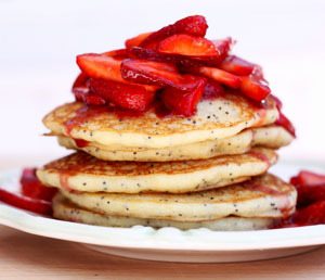 findvegan:  Lemon poppy seed pancakes with juicy strawberries  Oh my goodness.