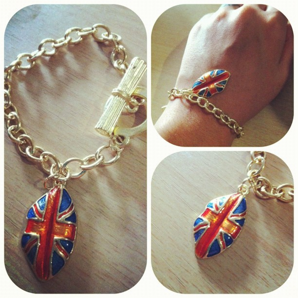 England lips #fashion #sale #ja #bellagabriella #bracelet  (Taken with Instagram)