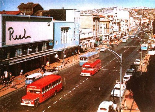 "Valparaíso, calle pedro montt, probablemente en los años 60.  ""Probably in the 60s"""