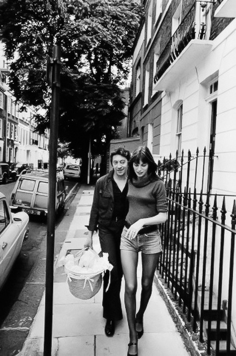 Jane and Serge in London, 1971. I love the photos where he carries her basket. (via everyday i show)