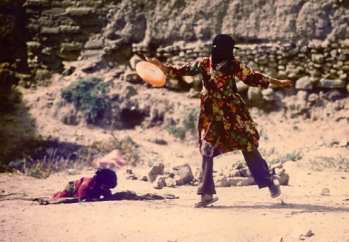 A young girl plays Frisbee in Yemen - 1977