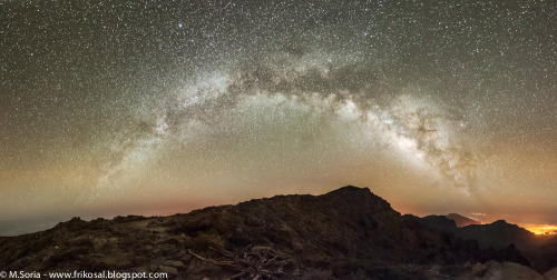 ikenbot:  Panoramic image of the Milky Way above La Palma island (Spain) © Manel Soria