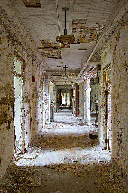 fuckyeahabandonedplaces:  Abandoned Sanitarium by AeroFennec on Flickr.