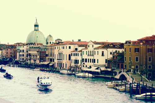 My boyfriend and I arrived in Venice last Tuesday but due to lack of sleep and the stress caused by traveling, we decided to stay at our hotel for the rest of the afternoon. We did venture into town the next day but sadly, the awful weather did not permit us to enjoy the lovely city as much as we have hoped to. ='( Although today, our luck might just be a teeny-weeny bit better! The forecast says it's going to be sunny with occasional showers. I really hope it does not end up being thunder and lightning again as it did yesterday. *crossedfingers*