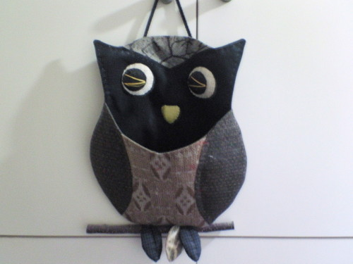 I made the owl letter rack with old kimono cloth and twig. ( ^-^)b
